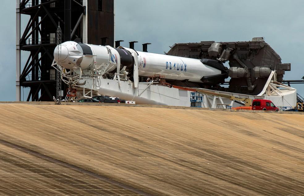 Foguete Falcon 9 com a nave Crew Dragon, da SpaceX, durante preparação — Foto: Steve Nesius / Reuters