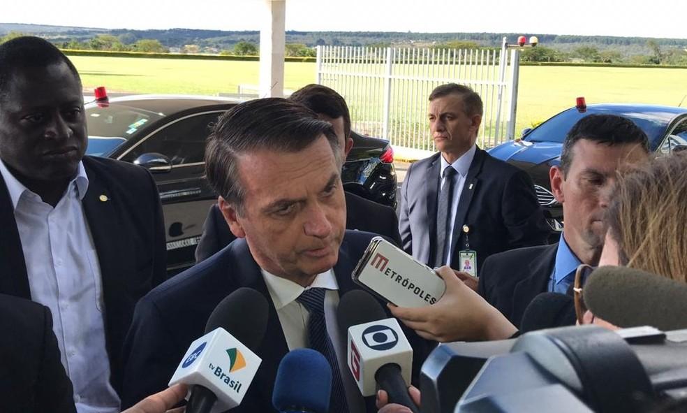 O presidente Jair Bolsonaro, neste sábado (15), ao conceder entrevista na portaria do Palácio da Alvorada, residência oficial — Foto: Laís Lis/G1