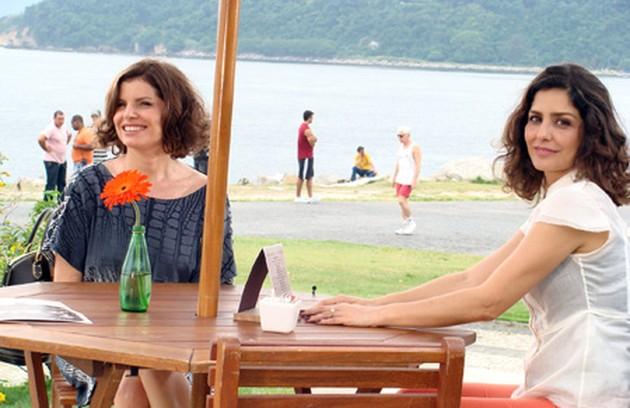 Yvone (Letícia Sabatella)  deixou a casa de Silvia (Débora Bloach), em 'Caminho das Ìndias' (2009),  para ter um caso com o marido da amiga (Foto: Reprodução da internet)