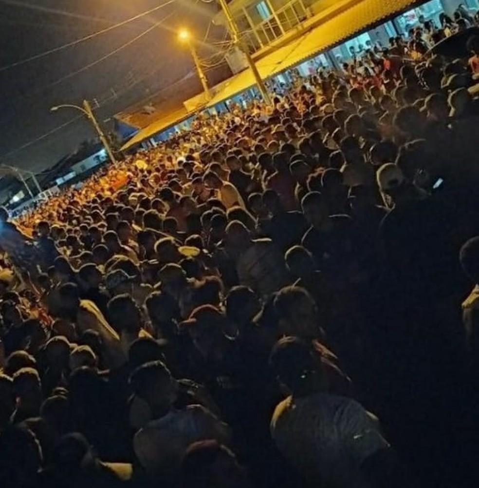 Centenas de pessoas se aglomeraram próximo a orla da Praia de Guaxindiba, em São Francisco de Itabapoana, no RJ — Foto: Reprodução/Redes sociais