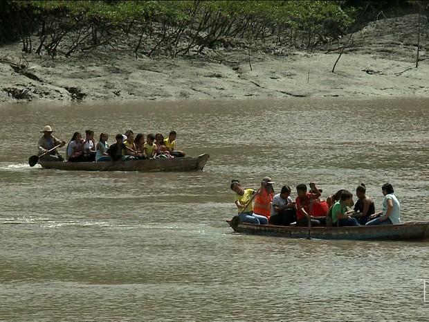 Estudantes se arriscam em canoas improvisadas para ir à escola no MA (Foto: Reprodução/TV Mirante)