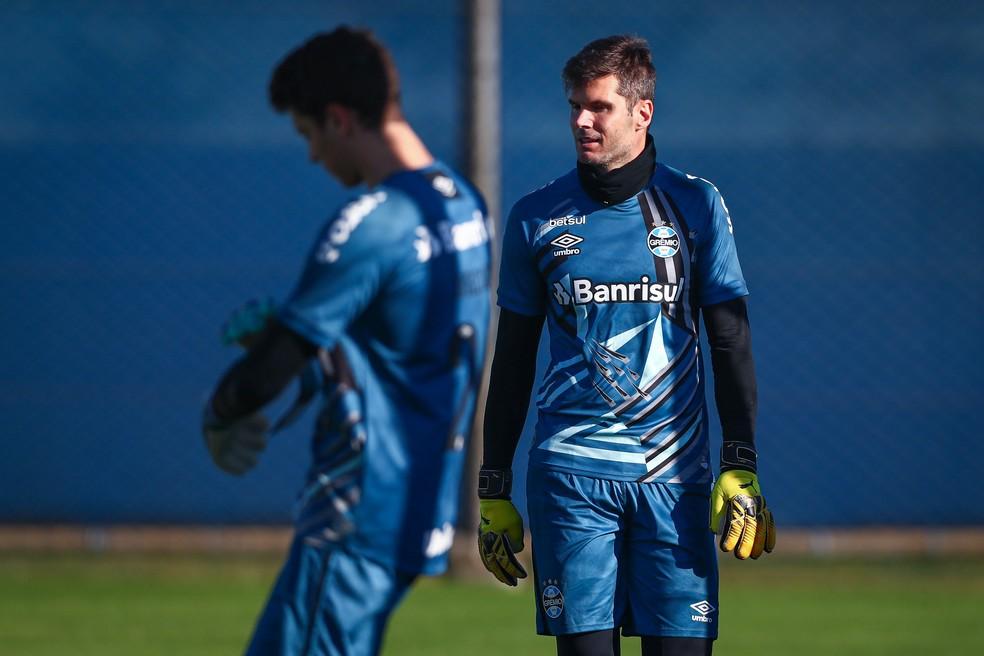 Goleiro Julio César com nova camisa do Grêmio — Foto: Lucas Uebel/Grêmio