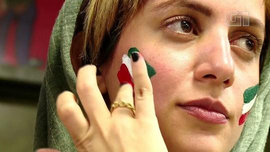 Barradas em estádio, iranianas curtem futebol em shoppings e cafés