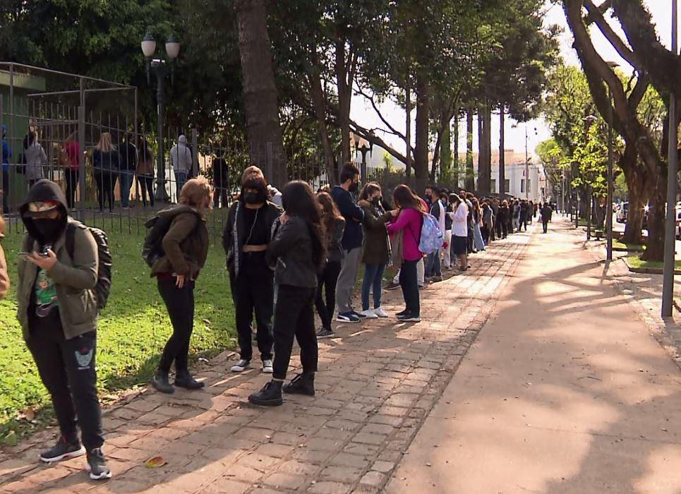 Curitiba tem filas em postos de saúde para vacinação contra a Covid-19, após fechamento do pavilhão no Parque Barigui