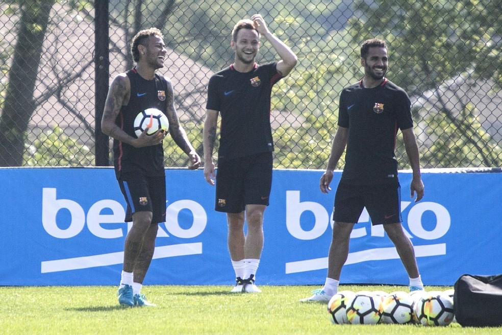 Neymar com Rakitic e Douglas no  treino do Barcelona nos Estados Unidos: a caminho do PSG? (Foto: EFE/Edu Bayer)