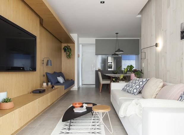 O mesmo porcelanato cinza claro ocupa todo o apartamento - a continuidade visual fica garantida, assim como a praticidade na limpeza (Foto: Maíra Acayaba/Divulgação)