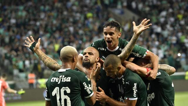 Jogadores comemora o gol de Felipe Melo