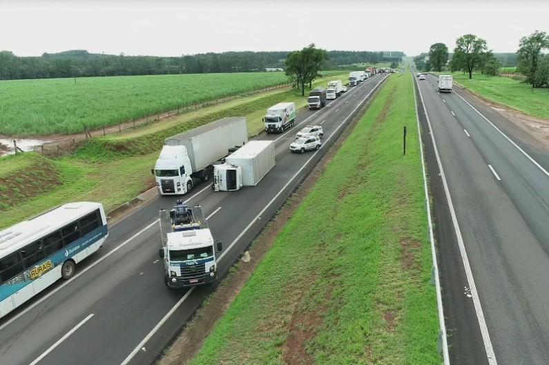 Caminhão tomba e provoca congestionamento na Rodovia Marechal Rondon