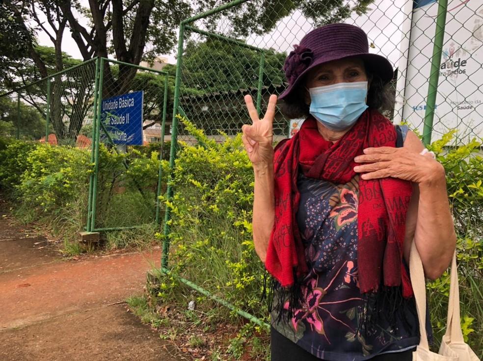 Maria Laura Sales Pinheiro, de 79 anos, conseguiu ser vacinada no Centro de Saúde 13 da região — Foto: Walder Galvão/G1