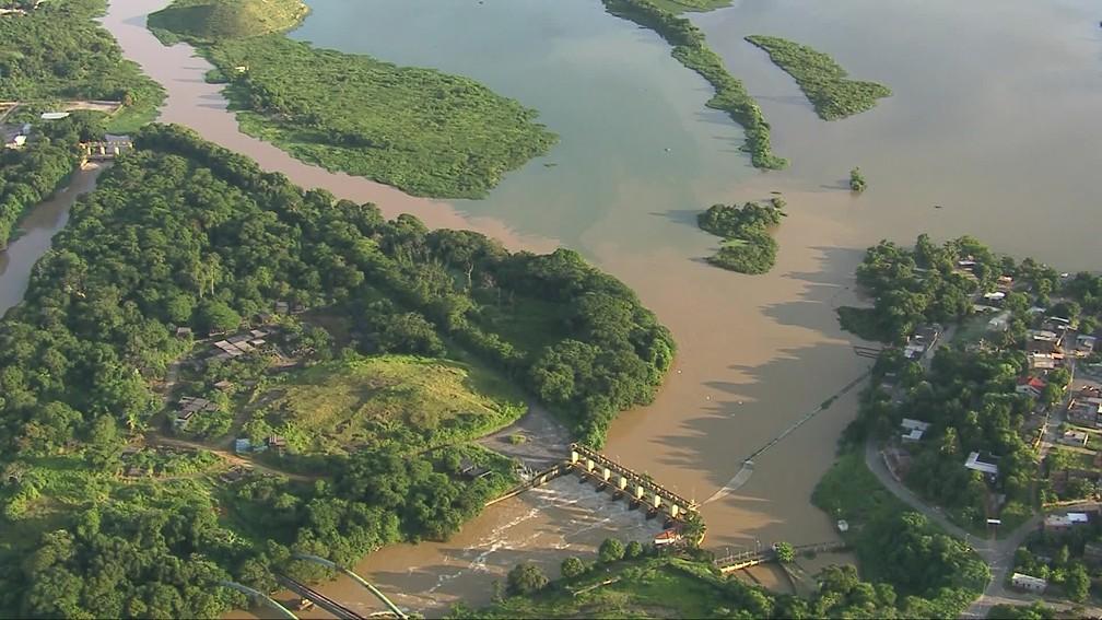Mancha verde se mistura à água barrenta do Guandu — Foto: Reprodução/TV Globo