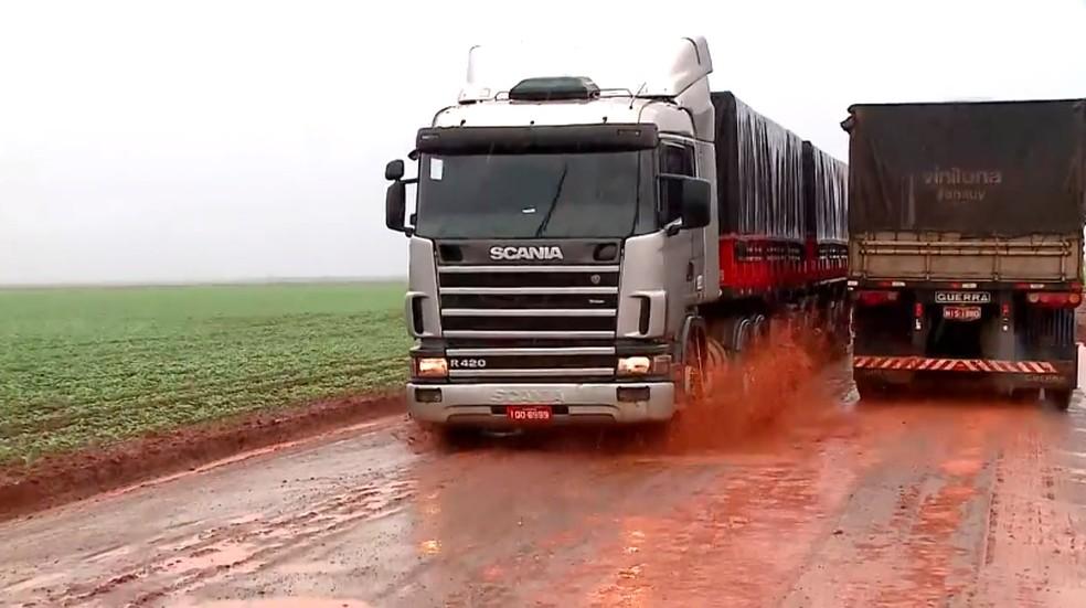 Situação da PI-392 dificulta escoamento da produção no Cerrado.  — Foto: Reprodução/TV Clube