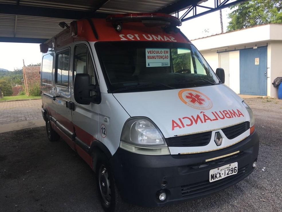 Ambulância parada em cidade de SC (Foto: Eduardo Cristófoli/NSC TV)