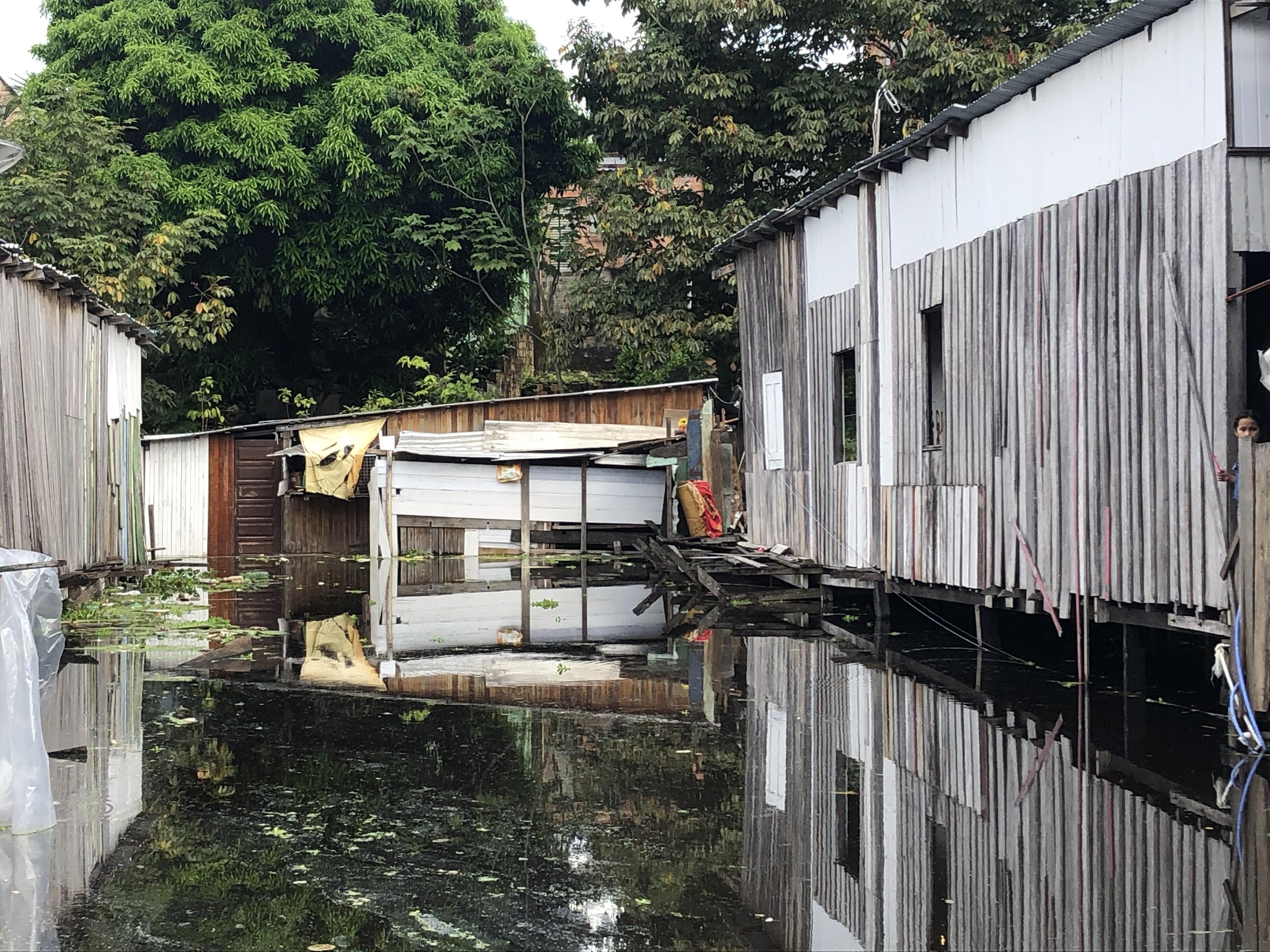 'Estou irada pelo sufoco que passamos aqui', desabafa moradora  após casa ser invadida pela água em Manaus