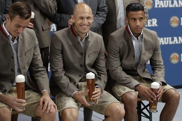 Ao centro, Robben sorri com sua roupa caprichada