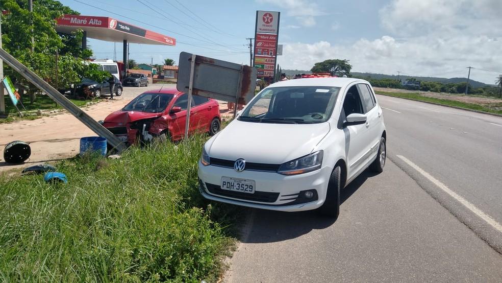 Veículo Fox bateu em um Ka, que saiu da pista na AL-101 Sul, em Alagoas — Foto: Divulgação/BPRv