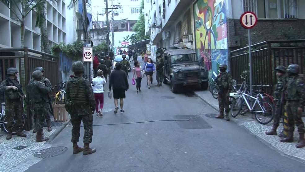 Militares na entrada de comunidade do Chapéu Mangueira na manhã desta quinta-feira (21) (Foto: Andressa Gonçalves/ G1)