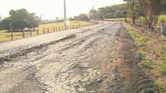 Motoristas invadem contramão em curvas para desviar de buracos em estrada em Taquaritinga, SP