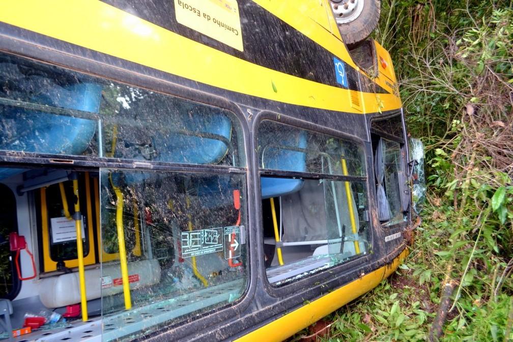 Ônibus capotou após falha elétrica em Delfim Moreira (Foto: Luciano Lopes)