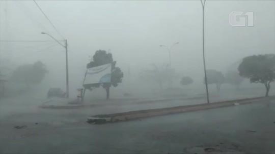 Chuva e vendaval causam destruição em Darcinópolis; veja vídeo
