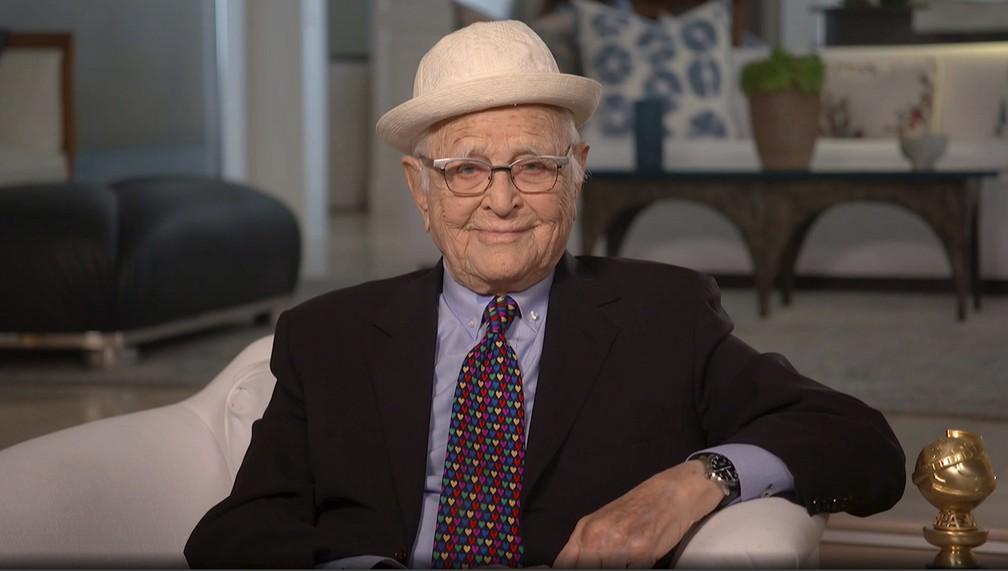 Norman Lear recebe o prêmio Carol Burnett, no Globo de Ouro 2021, por sua carreira e obra na televisão — Foto: NBC via AP