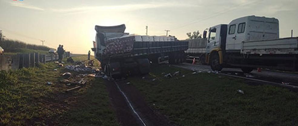 Colisão entre caminhões na madrugada desta quarta-feira (6) — Foto: Assis City /Divulgação