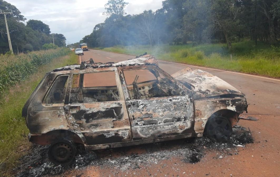 Bêbado, foragido da Justiça causa acidente e tem carro incendiado na LMG-764 em Tiros