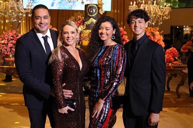 Carla Perez e Xanddy com os filhos Victor Alexandre e Camilly Victoria  (Foto: Nilzete Santana/Divulgação)
