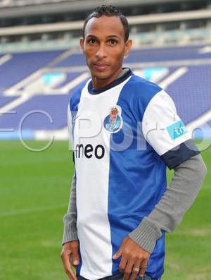 Porto anuncia contratação de Liedson