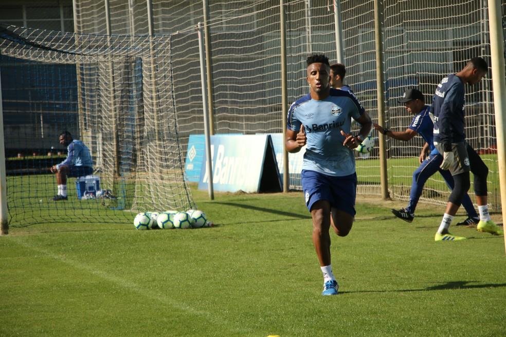 Bruno Cortez em treino do Grêmio — Foto: Lucas Bubols