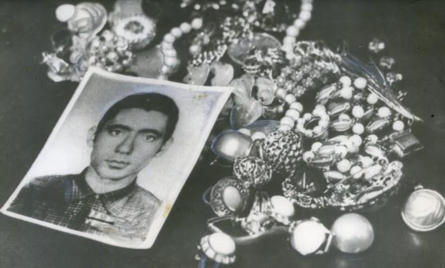 A foto do estrangulador com joias roubadas de suas vítimas