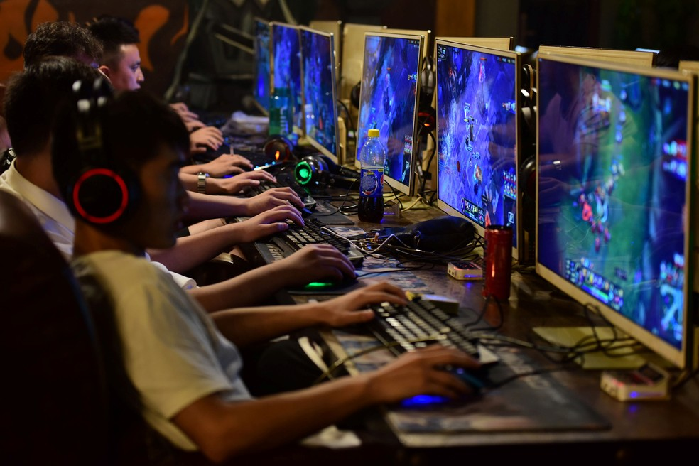 Pessoas participam de jogos online numa loja em Anhui, província da China, em agosto de 2018 — Foto: Stringer/Reuters