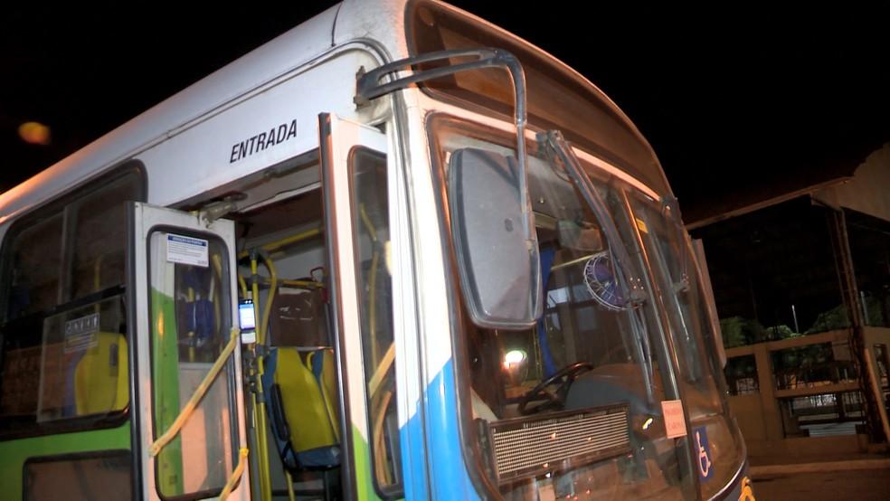 Criminosos fazem arrastão em dois ônibus, em Cariacica — Foto: Reprodução/ TV Gazeta