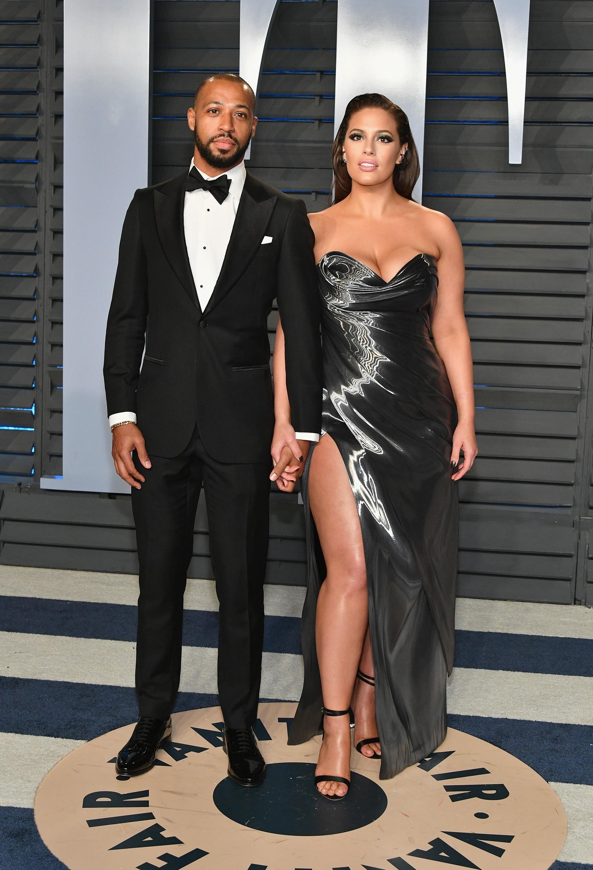 A modelo Ashley Graham na festa pós-Oscar 2018 com o marido (Foto: Getty Images)