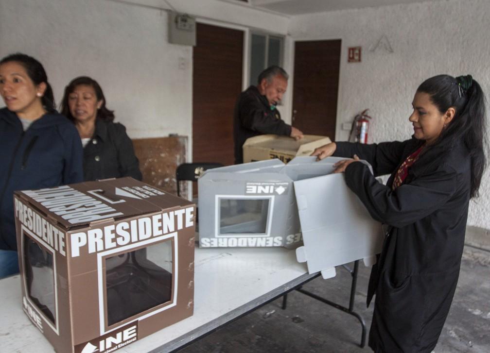 Funcionários preparam as urnas antes da abertura oficial das eleições na Cidade do México (Foto: Julio Cesar Aguilar/ AFP)