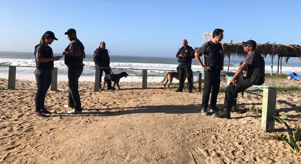 Agentes contam com  auxílio de cães farejadores (Foto: Polícia Civil/Divulgação)