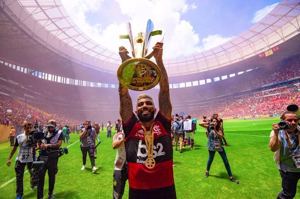 Gabigol levanta a taça da Supercopa do Brasil no Mané Garrincha em 2020 — Foto: Alexandre Vidal / GloboEsporte.com