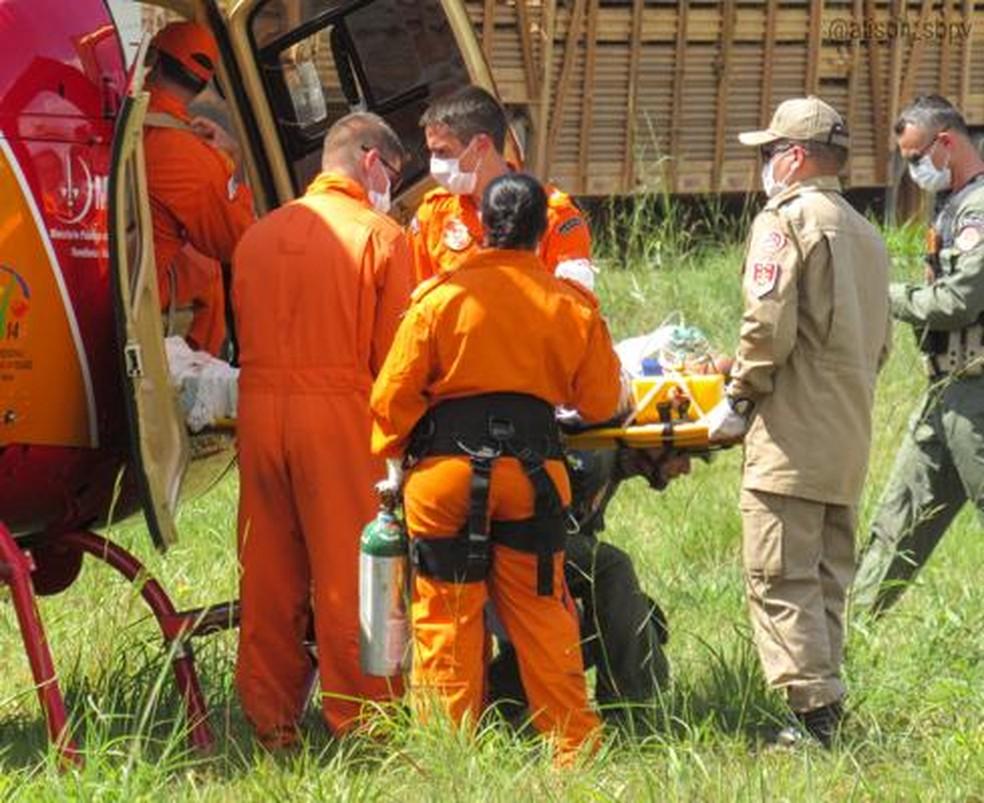 Vítima foi estabilizada no local do acidente e depois transferida de helicóptero até hospital — Foto: Corpo de Bombeiros/Divulgação
