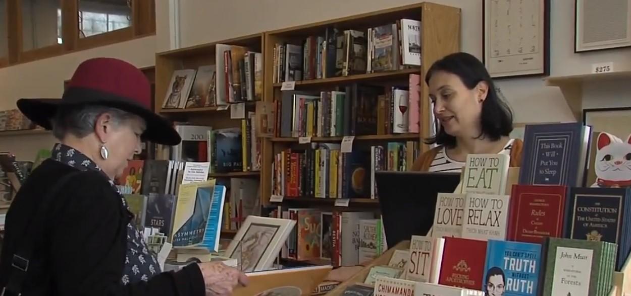 Jennifer Powell (à dir.) toma conta da The Book Catapult (Foto: ABC San Diego KGTV / reprodução)