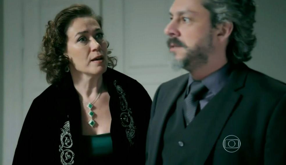 Maria Marta (Lilia Cabral) pede para Zé Alfredo (Alexandre Nero) contar a Maria Clara (Andréia Horta) sobre o fim do casamento - 'Império' — Foto: Globo