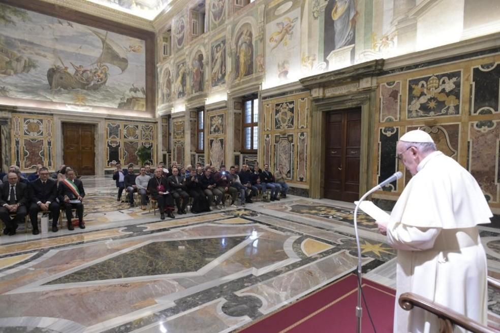 Papa Francisco homenageia pescadores que limpam o mar — Foto: Vatican News