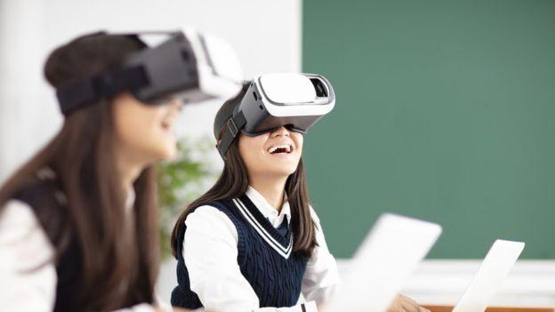 Entender como integrar a internet e outras tecnologias é um desafio para as escolas (Foto: AFP via BBC)