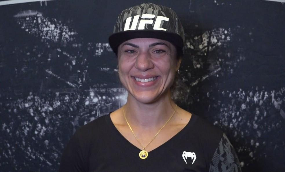 Bethe Correia sorri durante entrevista para o Combate: lutadora está em paz com aposentadoria do MMA — Foto: Evelyn Rodrigues