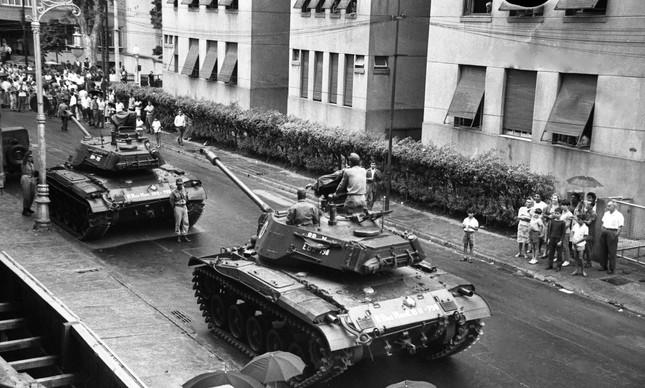 Tanques do exército cruzam a rua Gago Coutinho, em Laranjeiras, no dia 1º de abril de 1964