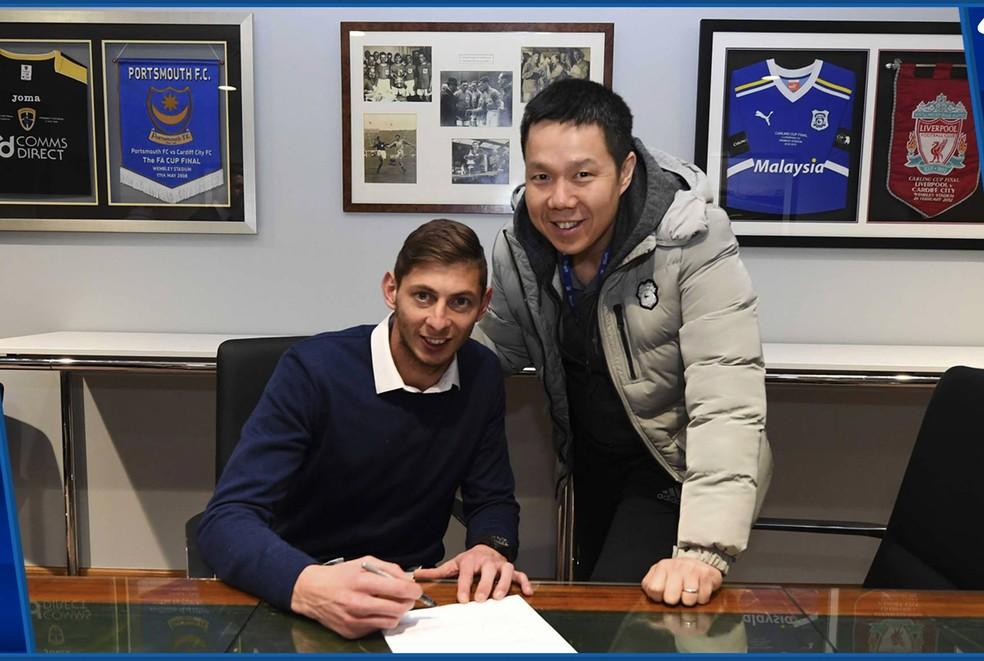 Emiliano Sala no dia em que assinou contrato com o Cardiff City — Foto: Reprodução / Facebook