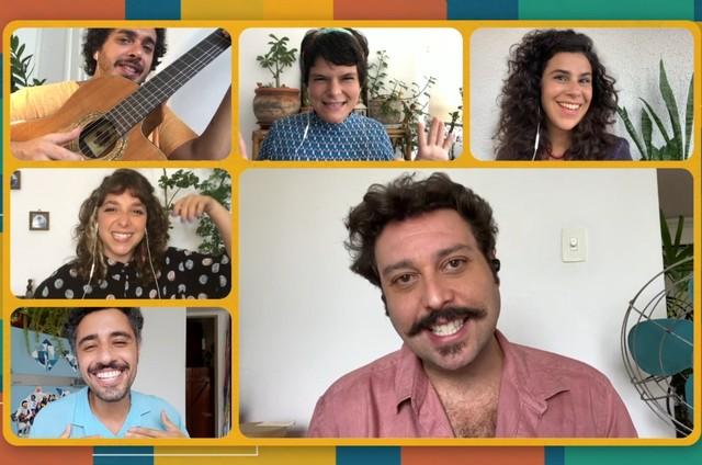 Grupo Conexão do Bem e p ator Pedroca Monteiro no programa 'Encontros do bem' (Foto: Divulgação)