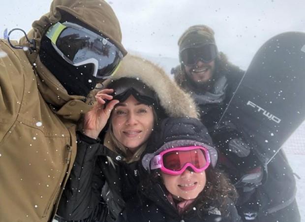 Letícia Spiller entre Pedro Novaes, Stella Spiller e Diogo Novaes (Foto: Reprodução/Instagram)