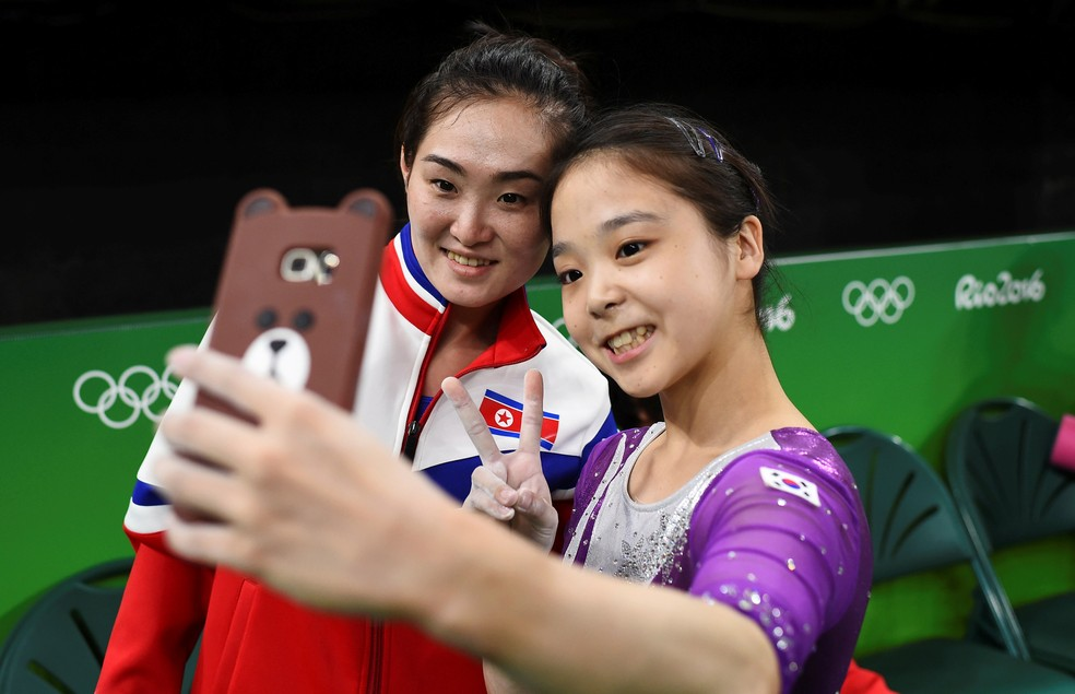 Lee Eun-Ju  da Coreia do Sul e Hong Un Jong da Coreia do Norte colocaram o esporte acima da política na Rio 2016 (Foto: Reuters)