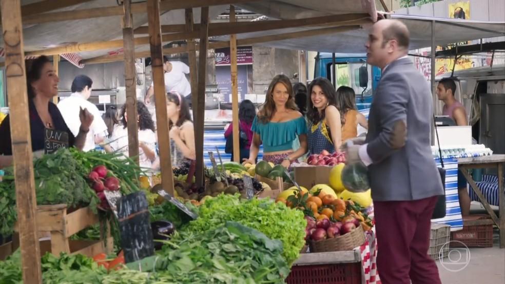 Tancinha (Mariana Ximenes) e Carmela (Chandelly Braz) observam Francesca (Marisa Orth) e Rodrigo (Paulo Tiefenthaler) - 'Haja Coração' — Foto: Globo