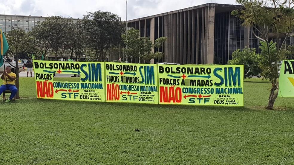 Manifestantes recortaram palavras de faixas para descaracterizar eventual apoio a intervenção militar — Foto: Pedro Borges / TV Globo