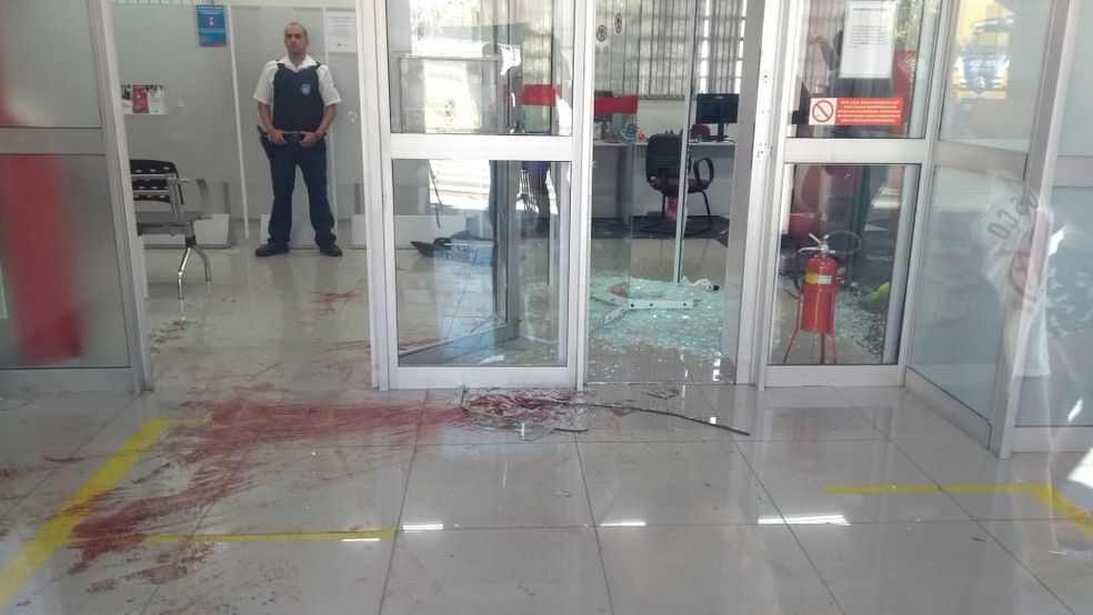 Quatro foram baleados em tentativa frustrada de assalto a banco em Moreira César, Pindamonhangaba (Foto: Marcelo Hespaña/ TV Vanguarda)